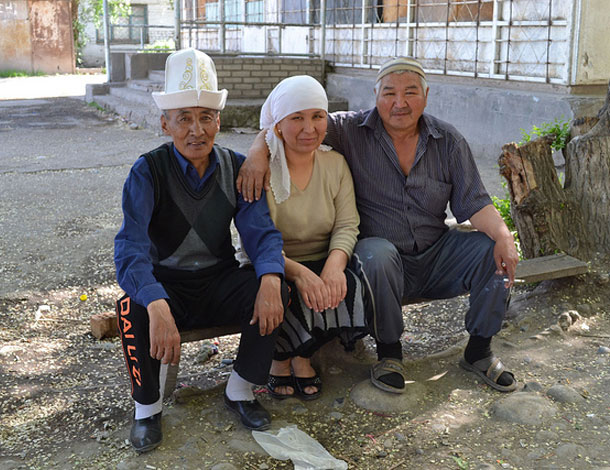 Kyrgyz and Uzbek Together (2 men + 1 woman sitting down) - Flickr, Nonviolent Peaceforce (610x470)