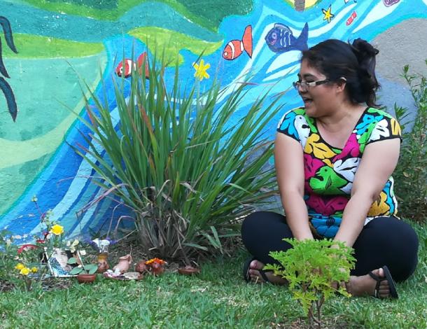 La Serena - woman sitting in a garden (610X470)